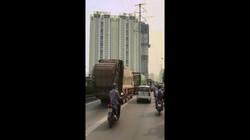 """Bốn xe chở rác """"rồng rắn"""" lấn làn buýt nhanh giờ cao điểm"""