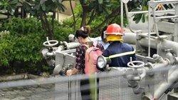 Ảnh,clip: Xe thang giải cứu hơn chục người trong đám cháy ở TP.HCM