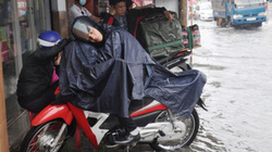 Mưa 15 phút, người Sài Gòn ngủ ngồi trên xe chờ nước rút