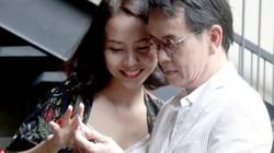 Nhạc sĩ Đức Huy diện vest kẻ trẻ trung đi cùng vợ trẻ kém 44 tuổi