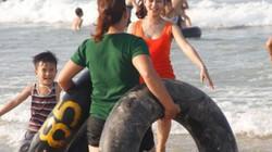 Quảng Trị: Biển năm nay đã vui trở lại, du khách thỏa sức tắm