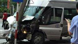 Xe mất lái tông thẳng cột điện, hành khách một phen hoảng loạn
