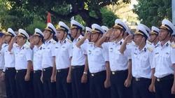 Chào cờ cùng quân, dân trên đảo Sinh Tồn