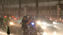 Đường phố Sài Gòn kẹt cứng trong cơn mưa lớn lúc tan tầm