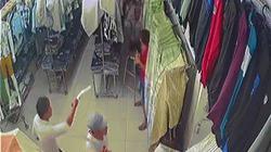 Giang hồ chém xối xả thanh niên trong tiệm quần áo