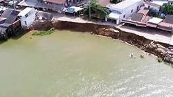 """Clip: 2 hố xoáy sâu hàng chục mét """"nuốt chửng"""" nhà ở sông Vàm Nao"""