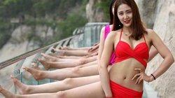 Choáng nặng 10 thiếu nữ mặc bikini thách thức cầu kính cao 1.000m