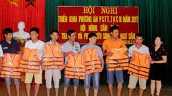 Nghệ An: Tặng cờ tổ quốc và áo phao cho ngư dân