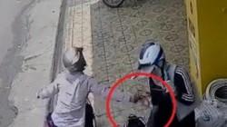 Clip: Táo tợn cướp ví tiền trên tay người phụ nữ ngay giữa phố