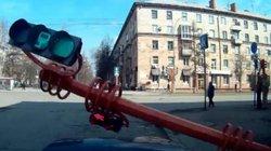 Cột đèn tín hiệu giao thông ngã vì thanh niên... tốt bụng