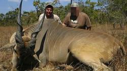 Thợ săn huyền thoại châu Phi bị voi tung lên rồi đè chết