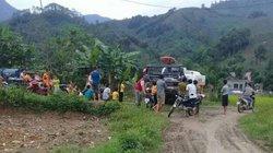 Phía sau bức ảnh cả làng xem máy gặt như đi hội