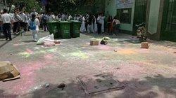 Học sinh Sài Gòn ném bột màu vào cổng trường sau lễ trưởng thành