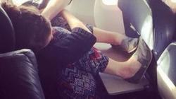 """""""Ngã ngửa"""" khi bắt gặp cảnh này trên máy bay"""