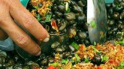 Tết Đoan Ngọ: Dân Cai Lậy đổ xô đi tắm cồn, ăn ốc gạo xào xả, ớt