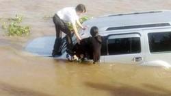 Ôtô bất ngờ tông nhân viên bến phà rồi lao xuống sông Vàm Nao