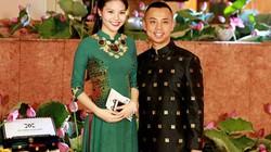 Chí Anh diện áo dát vàng tình tứ đi sự kiện với vợ trẻ kém 20 tuổi