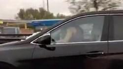 """Cặp đôi vừa làm """"chuyện ấy"""" vừa phóng xe trên cao tốc"""