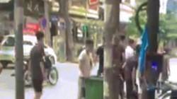 Hai nhóm thanh niên cầm hung khí, lao vào ẩu đả giữa phố HN