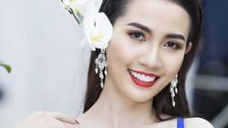 Người đẹp Phan Thị Mơ diện váy ngực xẻ sâu hun hút đi sự kiện