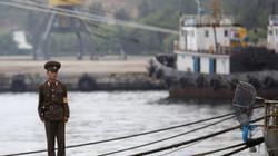 """Du thuyền Nga bất ngờ bị tàu Triều Tiên """"bắt cóc"""""""