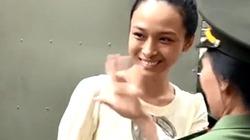 Clip: Hoa hậu Trương Hồ Phương Nga vẫy tay tươi cười khi đến tòa