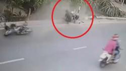 Clip: Đi xe máy giật túi xách, 2 tên cướp ngã văng trên đường