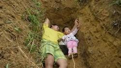 """Nỗi đau của ông bố đào huyệt mộ rồi cùng con """"nằm chơi"""""""