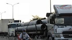 Sợ tốn dầu, tài xế xe container đậu dốc cầu Phú Mỹ để... ngủ