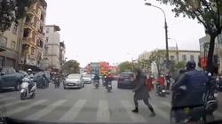 """Hành động """"lạ"""" của cô gái khi sang đường khiến tài xế ấm lòng"""