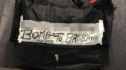 Dòng chữ trên hành lý khiến cả sân bay tá hỏa
