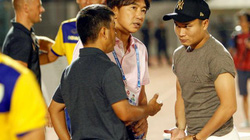 """""""Ronaldo Việt Nam"""" ném áo, HLV Miura lập tức hành động"""