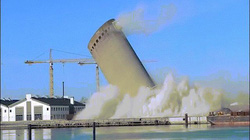 Phá đổ tòa tháp cao 53m ở Đan Mạch và cái kết không ai ngờ