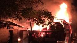 Hà Nội: Xưởng gỗ bốc cháy dữ dội trên phố