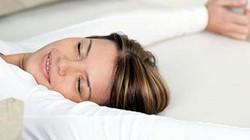 Biết được những lợi ích tuyệt vời này, nhiều người sẽ không kê gối khi ngủ