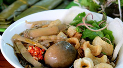 Bún cua - đặc sản của phố núiPleiku, nhiều khách vừa ăn vừa bịt mũi