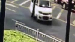 Em bé rơi khỏi ô tô đang chạy trên đường, bố mẹ không hay biết