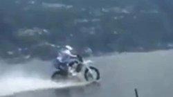 Tay đua phóng mô tô 75 km/h trên mặt hồ ở Ý