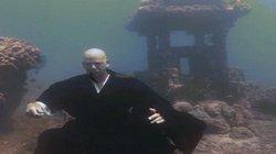 Ngạc nhiên vị sư có thể nhịn thở ngồi tu dưới đáy hồ