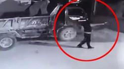 Truy tìm kẻ bịt mặt trong clip đốt ô tô, nổ súng bắn vào nhà dân