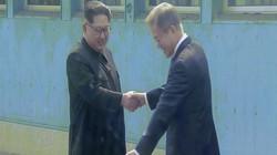 Khoảnh khắc lịch sử: Kim Jong-un vượt phân giới quân sự Hàn-Triều