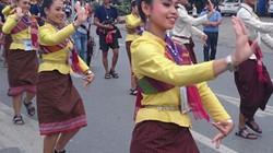 Mê đắm xem gái Tây xinh đẹp nhảy múa trên đường phố Huế