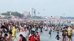 Bãi biển Vũng Tàu đông nghịt người trốn nóng dịp 30.4