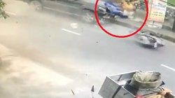 Clip: Kinh hoàng ôtô phóng tốc độ cao tông văng xe máy chở 3 người