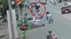Clip: Kinh hoàng ô tô mất lái hất văng 1 phụ nữ lên không trung
