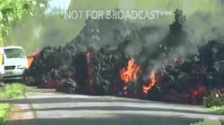 Cận cảnh dung nham nóng chảy đổ ra đường, nhấn chìm xe hơi ở Hawaii