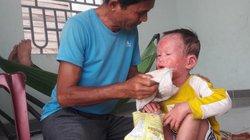 Gia Lai: Cha ứa nước mắt hàng ngày nhìn con 5 tuổi rỉ máu qua da