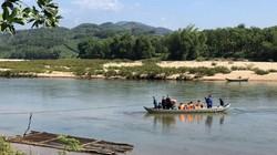 Quảng Ngãi: Bác sỹ qua sông về với làng bằng thuyền kéo dây