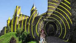 Hàng nghìn du khách đổ tới tòa thành cổ để xem điều kỳ lạ này xuất hiện