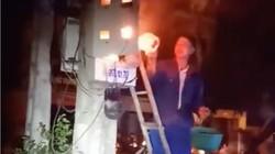 'Vỡ tim' clip thợ điện dội nước vào hộp điện đang cháy để dập lửa